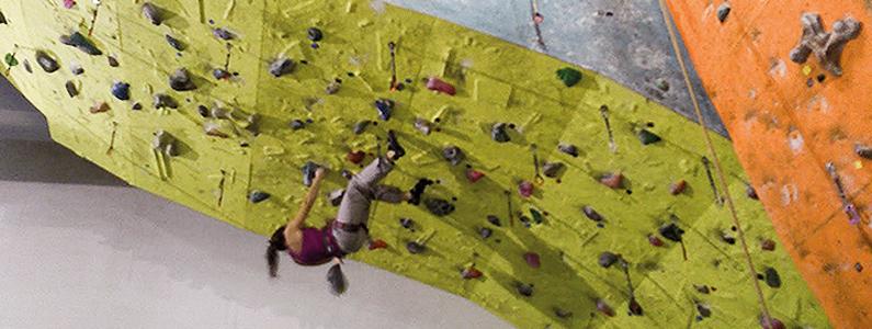 Una ragazza afronta la parete da allenamento