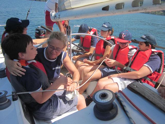 Un gruppo di bambini e ragazzi in barca a vela