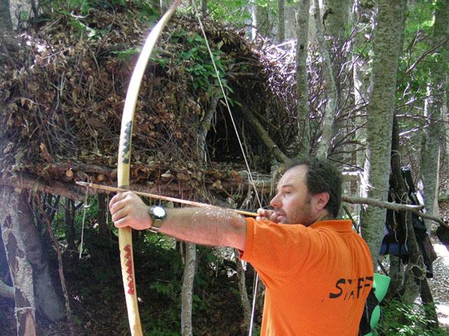 Istruttore nell'azione di tendere l'arco