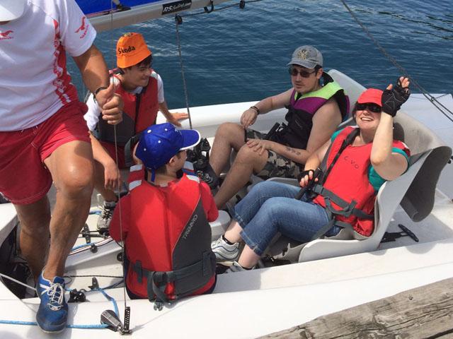 Ragazzi disabili in barca a vela pronti a partire