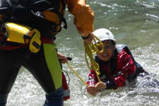 Bambino sorride in acqua