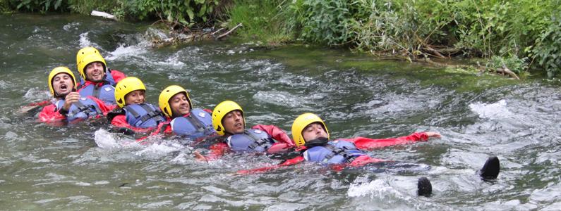 Gruppo di pagaiatori in acqua al termine dell'esperienza