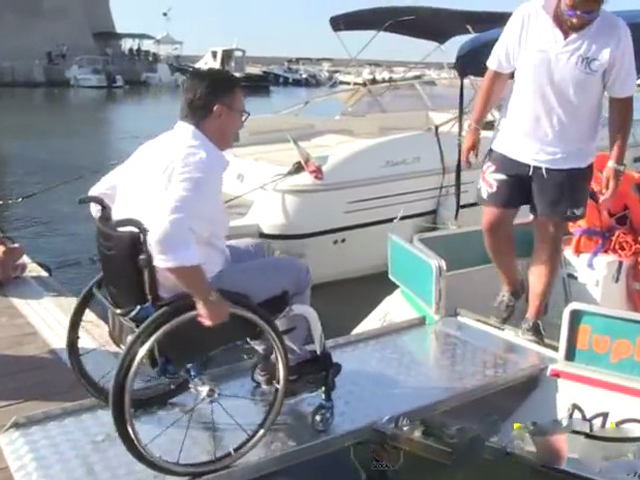 Un disabile in carrozzina sale sull'imbarcazione