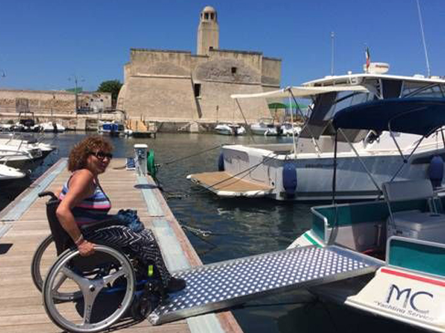 Disabile in carrozzina sulla passerella dell'imbarcazione Euphoria