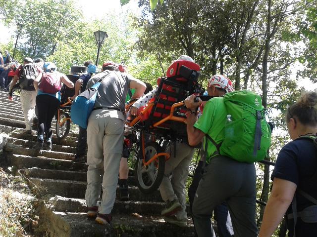 Gruppo di persone disabili e non che salgono una scalinata