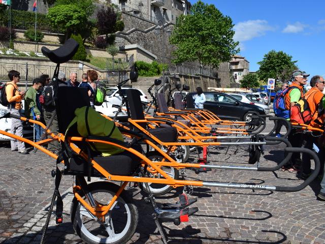 Le carrozzine speciali joëlette con cui è possibile offrire l'esperienza anche a disabili in carrozzina