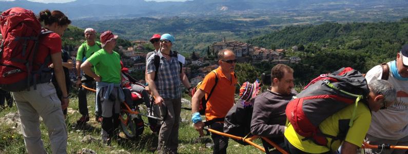Gruppo di persone disabili e non che camminano sul sentiero