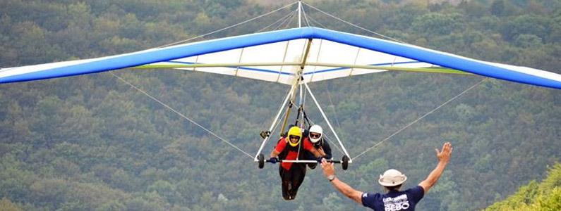 Istruttore e allievo in volo con il deltaplano