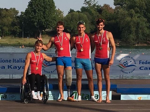 Atleti disabili in posa con le proprie medaglie