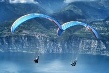 Coppia di parapendii sul Lago di Garda