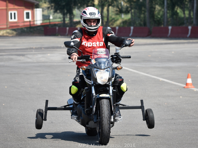Motociclo durante una sessione Learn and Try per piloti disabili