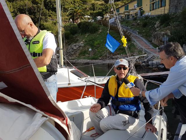 Istruttore viene intervistato a bordo della barca