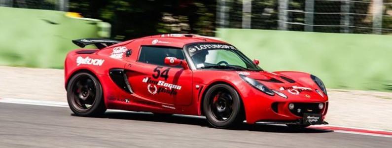 Vettura sportiva rossa in movimento sul circuito
