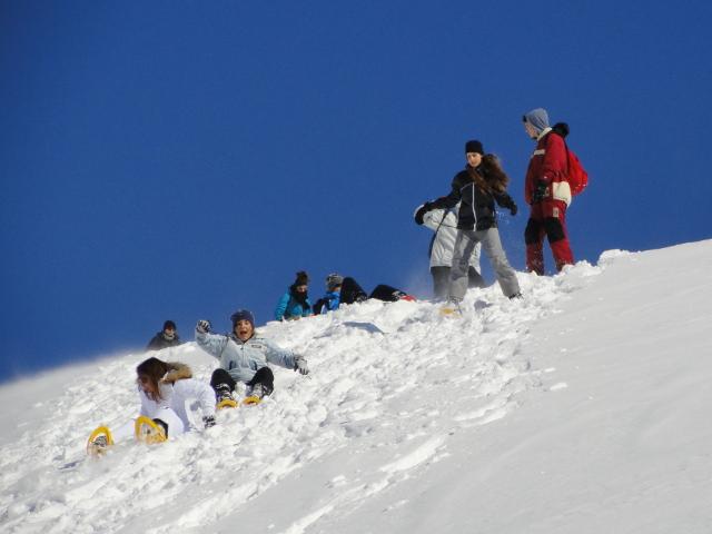 Gruppo di escursionisti giocano sulla neve