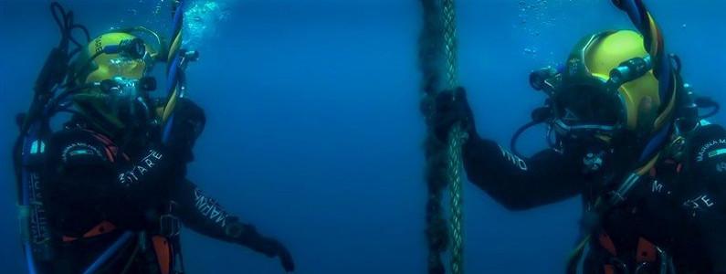 Coppia di subacquei durante l'immersione