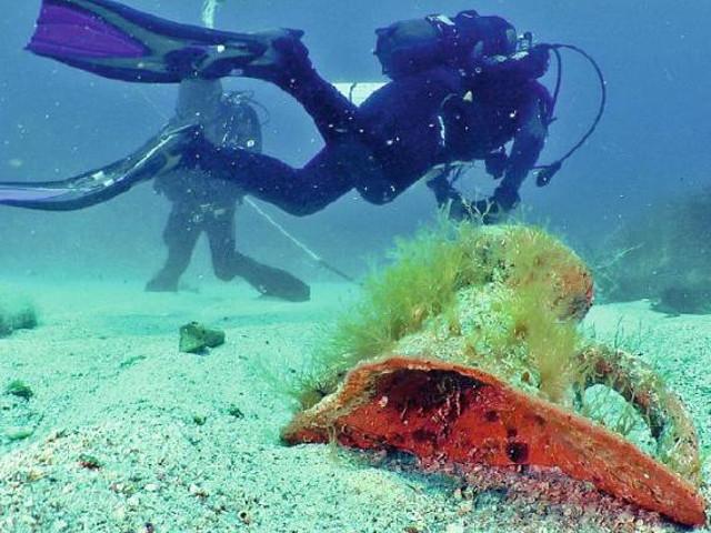 Frammento di un'anfora sommerso sul fondo marino