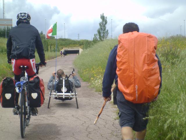 Carrozzina, bicicletta, a piedi: tre diversi pellegrini sullo stesso cammino