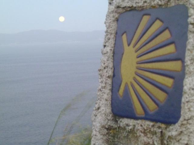 La conchiglia di San Giacomo segna il cammino davanti ad un panorama mozzafiato