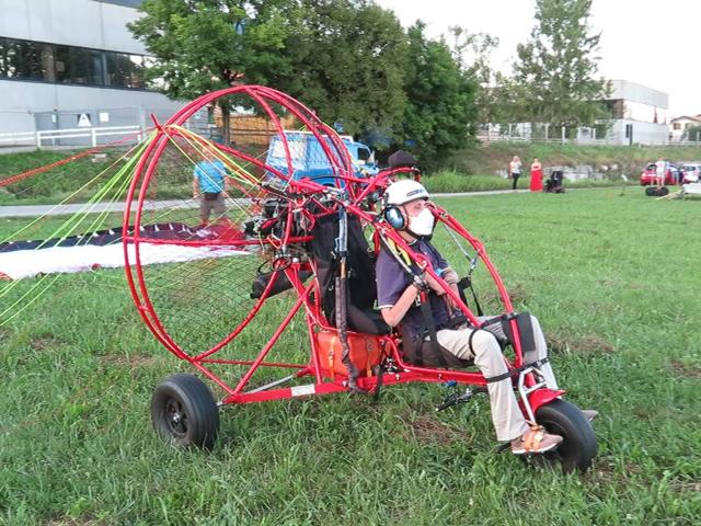 Partecipante con disabilità seduto sul paracarrello, pronto per la partenza