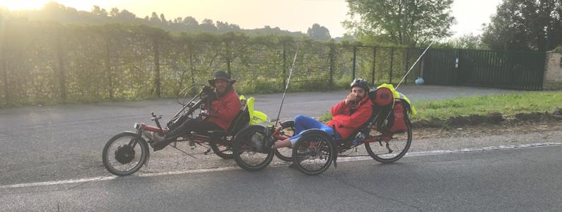 Due persone disabili affrontano il cammino con i mezzi speciali in dotazione