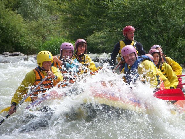 Gruppo di sette persone durante una discesa tra le rapide