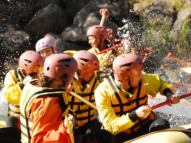 Foto ravvicinata del gruppo sorridente tra gli  schizzi d'acqua