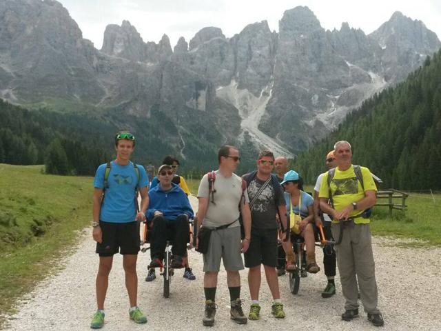 Gli escursionisti lungo un sentiero sterrato