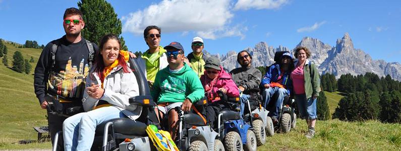 Gruppo di disabili su carrozzine elettriche
