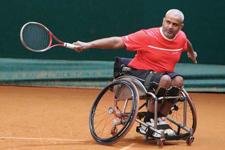 Disabile in carrozzina ribatte la palla