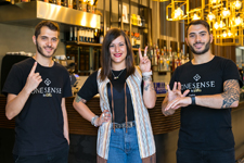 Tre ragazzi esprimono il nome dell'esperienza nella Lingua Italiana dei Segni