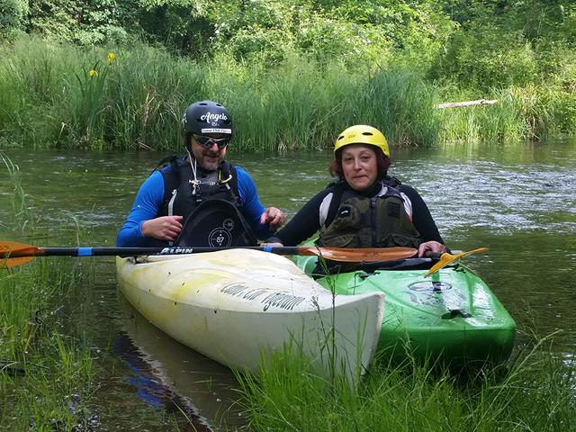Allievo e insegnante durante una lezione di canoa