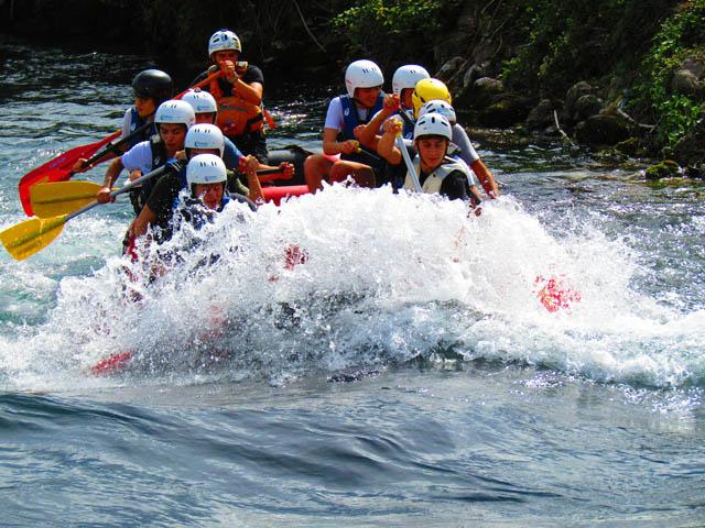 Gli escursionisti sul gommone tra gli schizzi d'acqua
