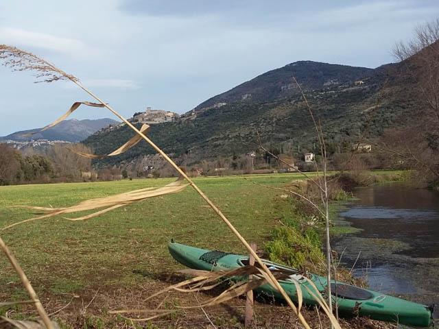 Canoa sull'argine erboso del fiume Cavata