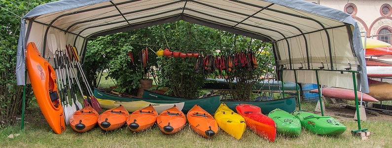 Canoe allineate presso il centro Canoa Club di Vigevano
