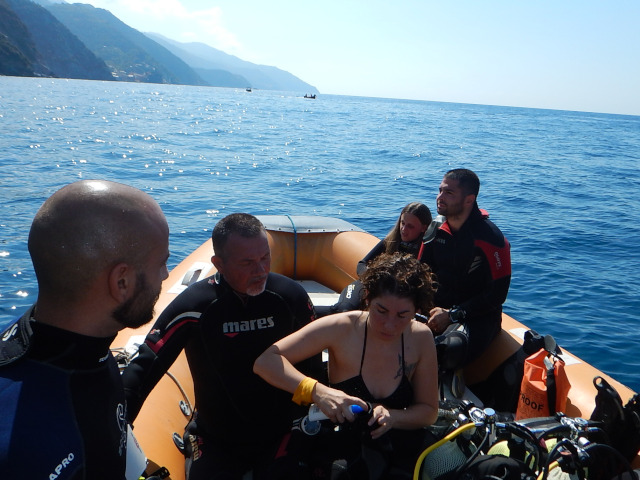 In attesa dell'immersione i sub controllano l'attrezzatura