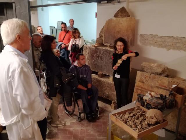 I turisti visitano i depositi del Museo
