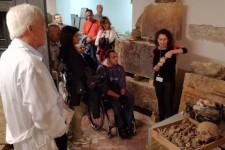 Un gruppo di visitatori nei depositi del museo