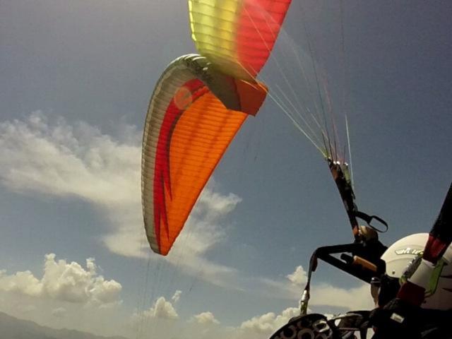 La vela del parapendio in una foto scattata in soggettiva dal pilota