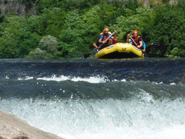 Un gommone affronta una rapida nel fiume