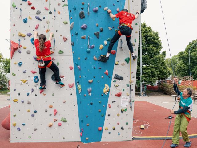 Alcuni ragazzi sulla parete da arrampicata