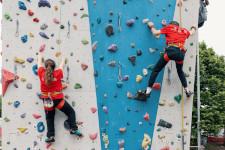 Due ragazzi sulla parete da arrampicata