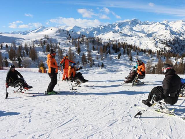 Alcuni sciatori si godono una breve sosta sulle piste