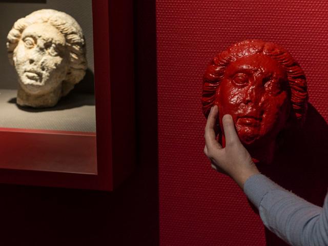 Un visitatore tocca una riproduzione fedele dell'opera originale