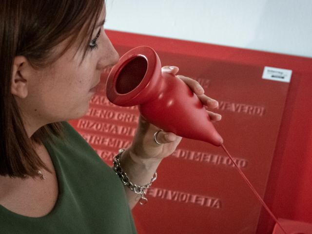 Una visitatrice sperimenta il percorso multisensoriale attraverso l'olfatto