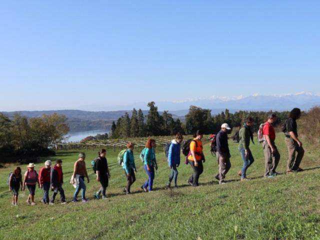 Una lunga fila di camminatori lunga la salita