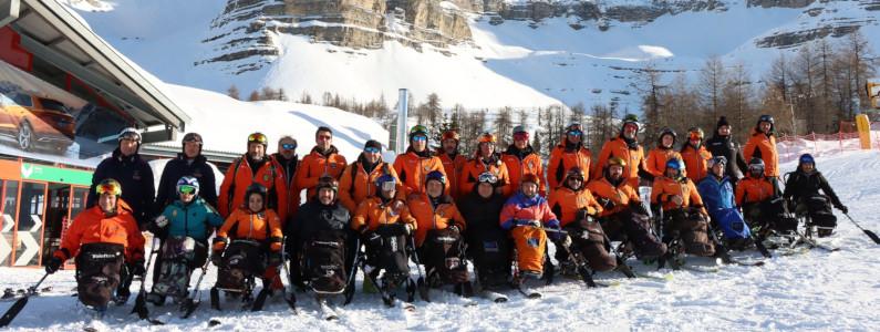 Foto di gruppo di sciatori sulla neve