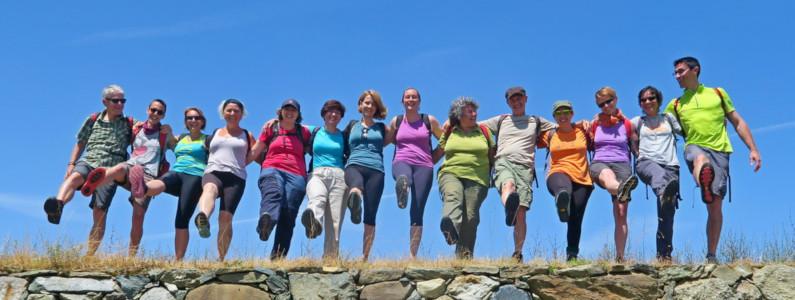 Catena di camminatori rivolto all'obiettivo alza il piede destro come per mettersi in marcia