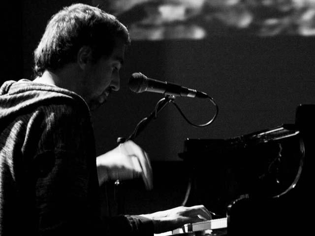 Alan Zamboni suona il pianoforte