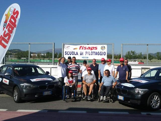 Foto di gruppo dei membri F.I.S.A.P.S. (Federazione Italiana Sportiva Automobilismo Patenti Speciali)
