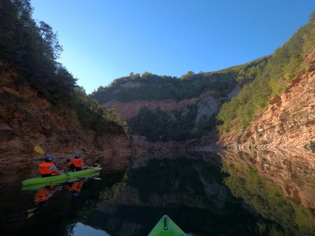 Il lago di Santa Giustina rappresenta oggi l'unico percorso per raggiungere luoghi incantati e dal fascino selvaggio